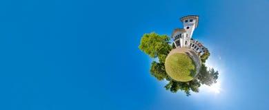 Zielona mała planeta z drzewami, miękkim niebieskim niebem i budynkiem, Malutki planeta zmierzch blisko kasztelu 360 viewing kąt Zdjęcia Stock