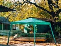Zielona markiza w lasowej Przestawnej drewnianej łodzi Wakacyjny vill Fotografia Stock