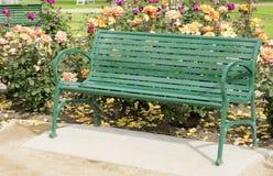 Zielona metal ławka w parku Obrazy Royalty Free