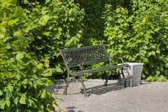 Zielona metal ławka, pokojowy miejsce spoczynku. Obrazy Royalty Free