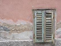 Zielona nadokienna żaluzja na fasadzie stary dom fotografia royalty free