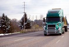 Zielona nowożytna duża takielunku semi ciężarówka z grille ochrony zderzakiem tr fotografia stock