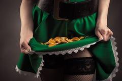 Zielona oblamowanie dziewczyna z monety inside zbliżeniem obrazy royalty free