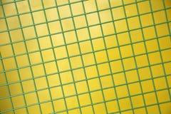 Zielona Ochronna kruszcowa siatka na żółtym tle Obrazy Stock