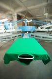Zielona odzież na jedwabniczego ekranu drukowej maszynie Zdjęcia Royalty Free