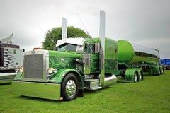 Zielona Peterbilt 359 Semi Cysternowa ciężarówka 1971 na pokazie Fotografia Stock
