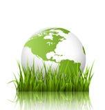 Zielona planety ikona z kulą ziemską i trawą na bielu ilustracji