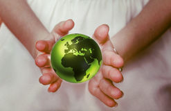Zielona planety ziemia w żeńskich rękach Zdjęcia Royalty Free