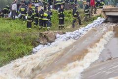 ZIELONA POLEN - JUNI 11: Mannen från brandkåren gör bank fr Arkivfoton