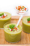 Zielona polewka z świeżymi warzywami w szkłach na drewnianej tacy Zdjęcia Royalty Free