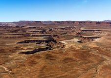 Zielona rzeka ciie bliznę w skalistego krajobraz Canyonlands park narodowy obraz royalty free