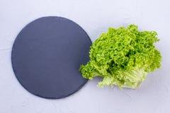 Zielona sałata i naturalna łupek deska Obrazy Stock