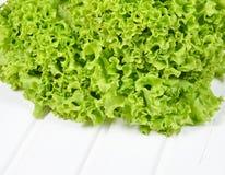 Zielona sałata opuszcza na białym drewnianym tle zdjęcie royalty free