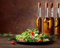 Zielona sałatka i oliwa z oliwek z pikantność Obraz Stock