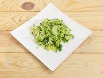 Zielona sałatka pokrojeni świezi warzywa na białym naczyniu Obrazy Stock