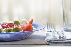 Zielona sałatka słuzyć na białym drewnianym stole nieociosana kuchnia Obraz Stock