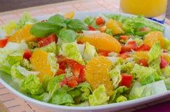 Zielona sałatka z czerwonym pieprzem i świeżą pomarańcze Fotografia Stock