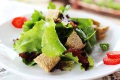 Zielona sałatka z truskawka kawałkami i opatrunek pomarańczowy juic Fotografia Stock