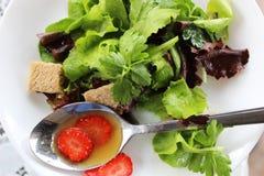Zielona sałatka z truskawkowymi kawałkami Obrazy Stock
