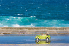 Zielona samochodowa jazda przy Malecon, Hawańskim Fotografia Stock