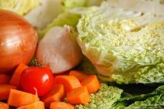 Zielona savoy kapusta i inni warzywa na rocznika drewnianym stole zdjęcie stock