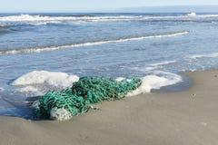 Zielona sieć rybacka na plaży Obrazy Royalty Free