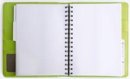 Zielona skóry pokrywa segregatoru notatnik otwierał na białym backgrou Zdjęcia Royalty Free