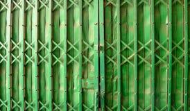 Zielona Stalowa drzwi, tła i kopii przestrzeń, Azja obraz royalty free