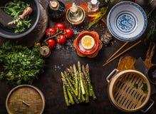 Zielona szparagowa wiązka, azjatykci bambusowy parostatek i świezi smakowici składniki dla, zdrowego jarskiego łasowania i kuchar zdjęcia stock