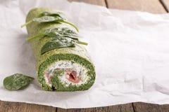 Zielona szpinak rolka z miękkim serem i łososiem zdjęcia royalty free