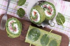 Zielona szpinak rolka z miękkim serem i łososiem obraz stock