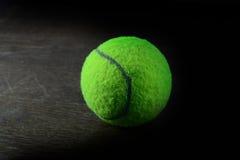 zielona tenisowa piłka na drewno stole Fotografia Royalty Free