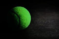 zielona tenisowa piłka na drewno stole Zdjęcie Royalty Free