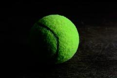 zielona tenisowa piłka na drewno stole Obraz Royalty Free