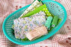 Zielona tkanina, koronka i nić w zielonym koszu, Zdjęcia Stock
