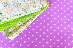 Zielona tkanina na purpurowym tle Zdjęcie Royalty Free