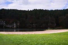 Zielona trawa Harasov jeziorem w jesiennym Kokorinsko krajobrazu terenie Zdjęcia Stock