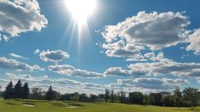 Zielona trawa i niebo w chmurach Obrazy Royalty Free