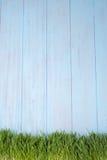 Zielona trawa nad drewnianym tłem Fotografia Royalty Free