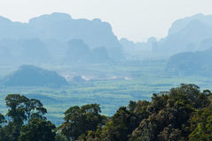 Zielona tropikalna dolina z lasami i wioskami. Południe Thaila Obraz Royalty Free