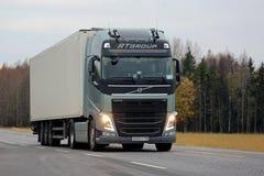 Zielona Volvo FH transportu ciężarówka z Głównymi promieniami Fotografia Stock