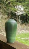 Zielona waza Outdoors z Kwitnąć Czereśniowego drzewa i lasu Zdjęcie Royalty Free