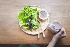 Zielona wyśmienicie sałatka i szkło czekoladowy mleko fotografia stock