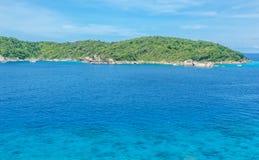 Zielona wyspa w lazurowym morzu Zdjęcia Stock