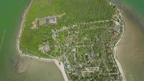 Zielona wyspa z hotel w kurorcie i piaskowata plaża w dennym widok z lotu ptaka Krajobraz od latającego trutnia tropikalnej wyspy zdjęcie wideo