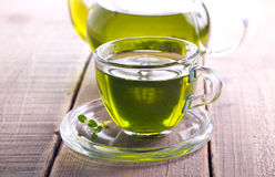 Zielona zielarska herbata w szklanej filiżance Fotografia Stock
