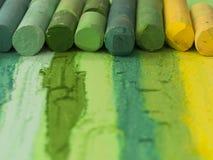 Zielone artystyczne kredki w linii Fotografia Stock