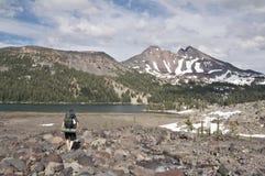 zielone backpacking jeziora. Obrazy Royalty Free