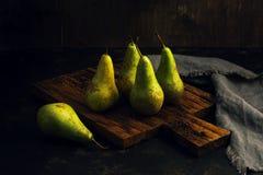 Zielone bonkrety na tnącej desce w depresja kluczu Kraju styl fotografia royalty free