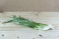 Zielone cebule na drewnianej powierzchni Zdjęcie Royalty Free